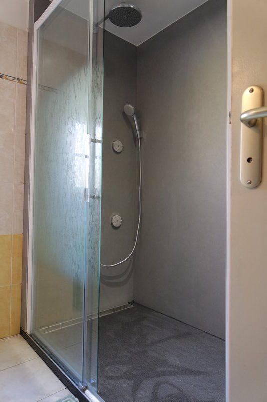 douche sans joint rnovation salle de bain douche sans joint et sans carrelage appliquer beton. Black Bedroom Furniture Sets. Home Design Ideas