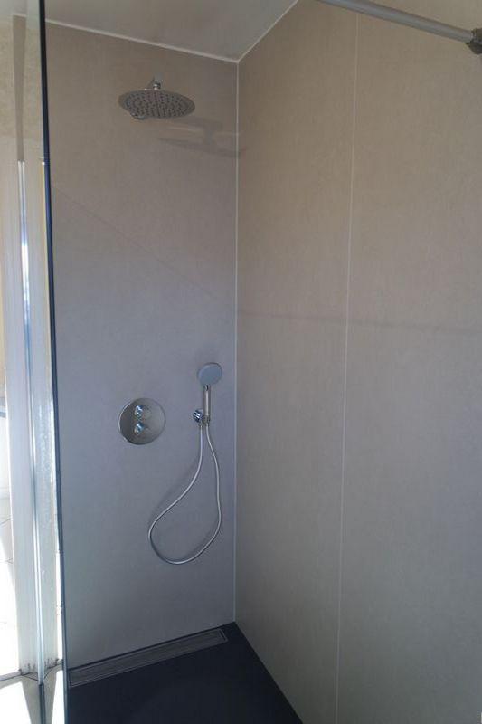 renouveler votre douche avec id 39 douch id 39 douch la douche esth tique et fonctionnelle. Black Bedroom Furniture Sets. Home Design Ideas