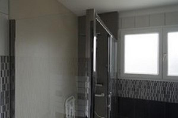 changer votre baignoire par une douche sans joint id. Black Bedroom Furniture Sets. Home Design Ideas